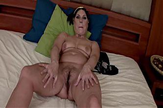 Brunette Mama 03